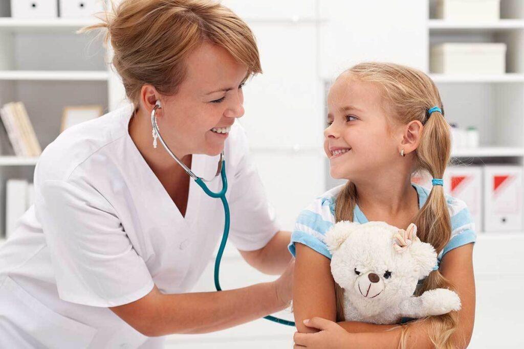 Выбирает безопасное средство врач