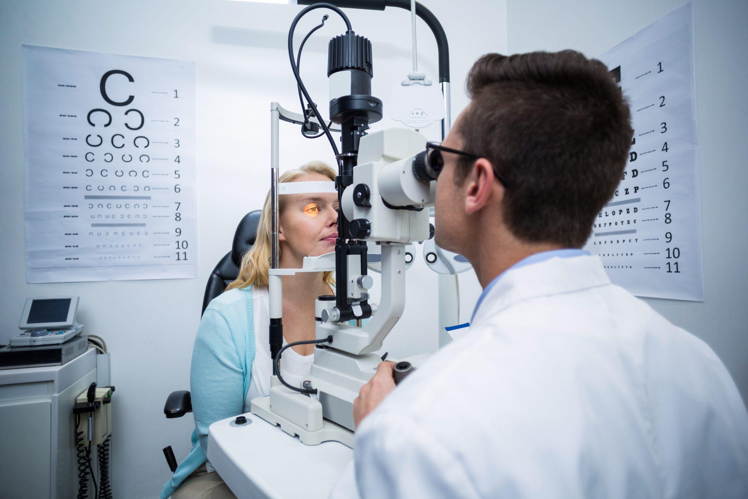 Назначает лекарство офтальмолог