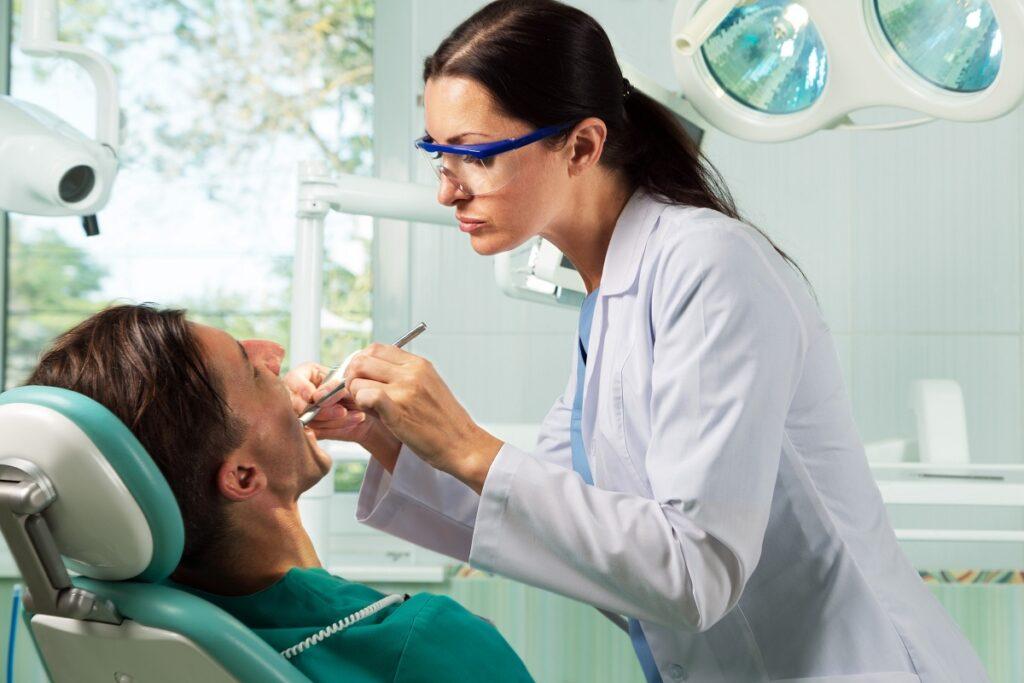 Облегчает боль после стоматологических процедур
